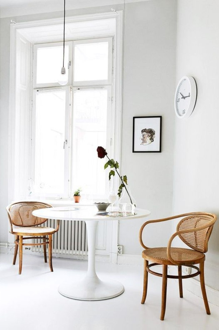 chaises-en-rotin-bois-clair-table-tulipe-blanche-sol-en-lino-blanc-salle-a-manger