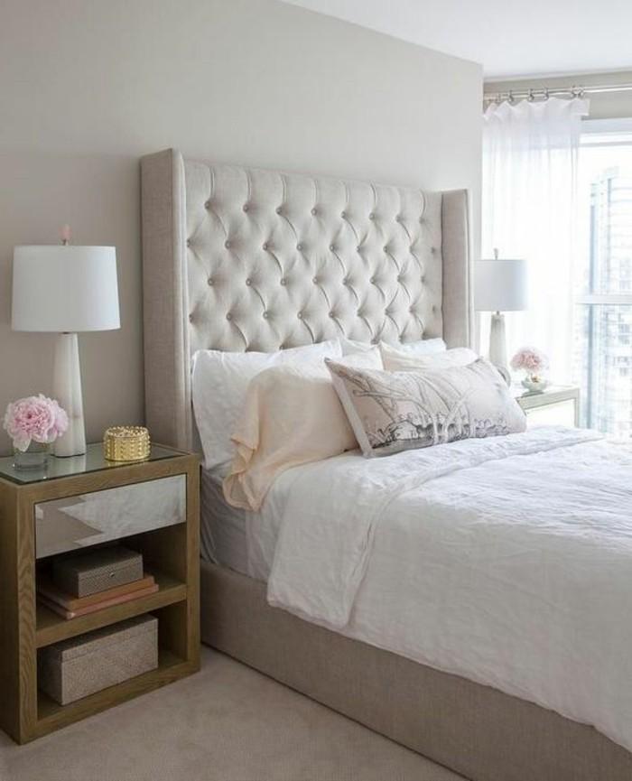 chambre-a-coucher-couleur-beige-clair-tete-de-lit-capitonné-beige-couverture-de-lit-blanche