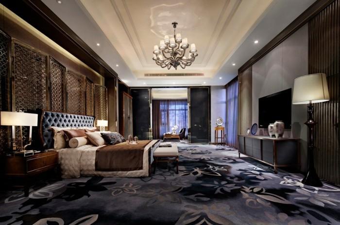 chambre-adulte-originale-au-tapis-magnifique-en-blanc-et-violet-resized