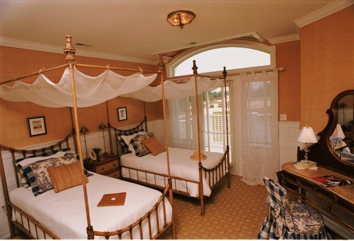 chambre-adulte-originale-avec-des-lits-en-bambou-resized