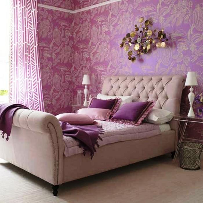 chambre-adulte-originale-en-rose-violet-au-lit-au-dossier-haut-resized