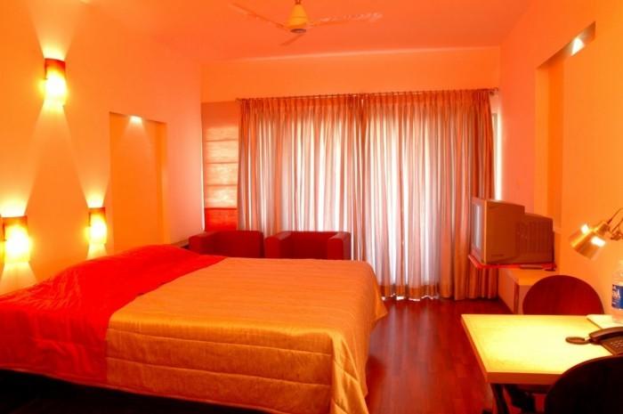 Chambre Orange Et Rouge : Du rouge et de l'orange et un jeu attractif de lumières d ...