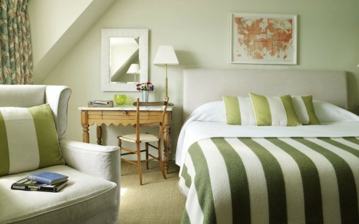 chambre-adulte-originale-en-vert-et-blanc-rayures-resized