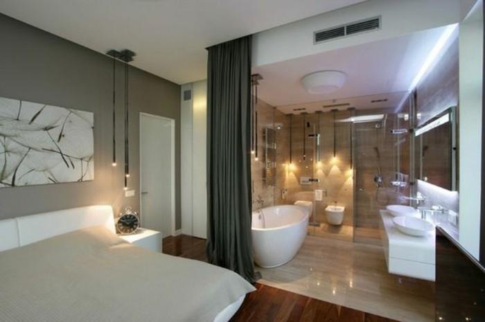 chambre-parentale-rideaux-gris-foncé-baignoire-ovale-blanche-sol-en-parquet
