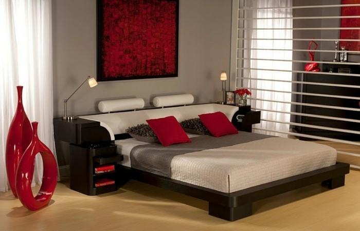 idee-chambre-zen-avec-des-coussins-et-des-vases-rouges-resized