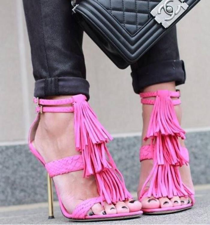 chaussures-à-franges-roses-pantalon-noir-skinny