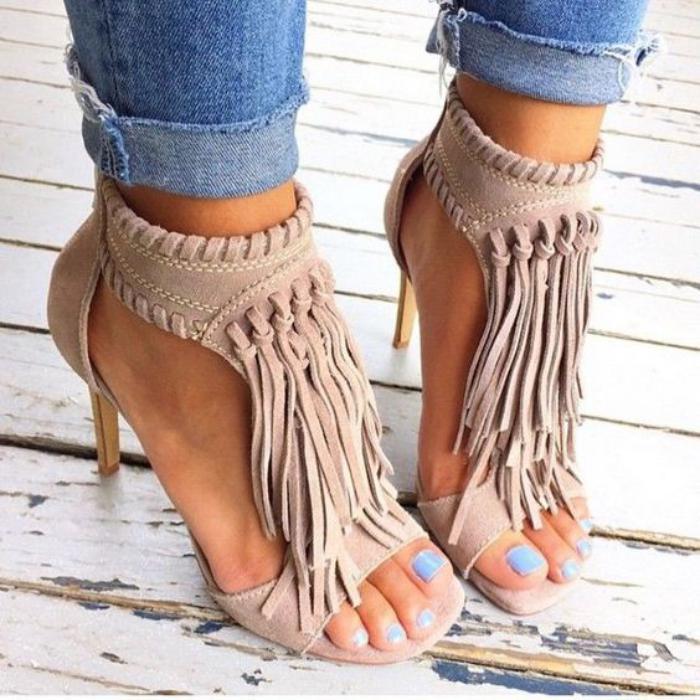 chaussures-à-franges-sandales-beiges-frangées-talon-fermé