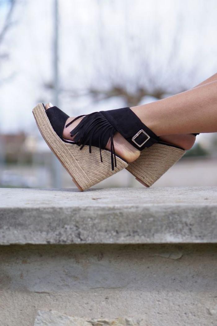 chaussures-à-franges-sandales-compensées-noires