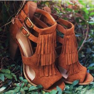 Les chaussures à franges - une tendance charmante qui redevient à la mode
