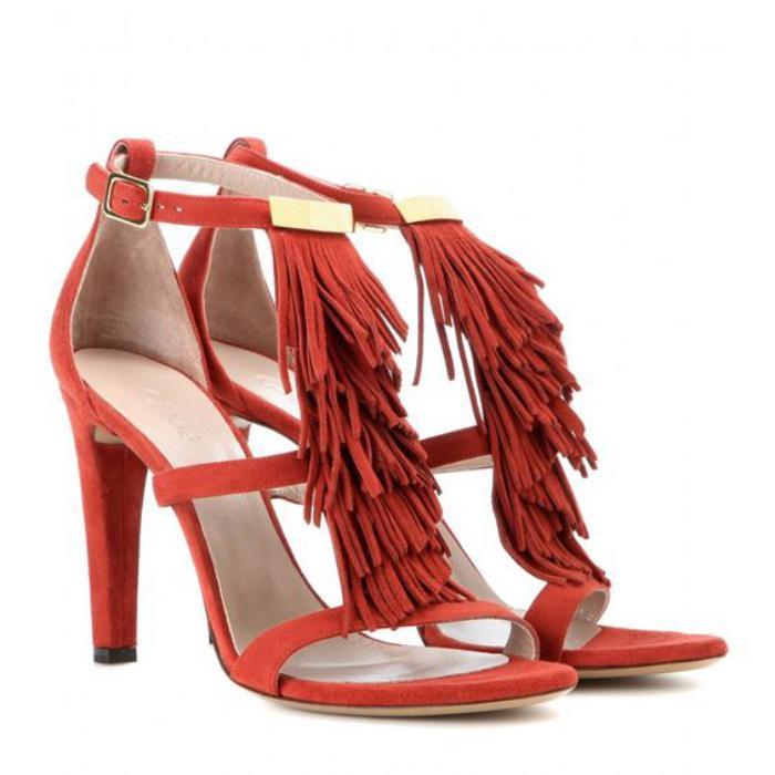 chaussures-à-franges-sandales-rouges-frangées-le-long-de-la-lanière