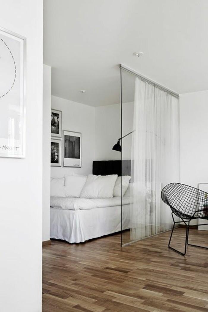 cloison-amovible-atelier-chic-sol-en-parquet-clair-chaise-en-fer-noir-murs-blancs