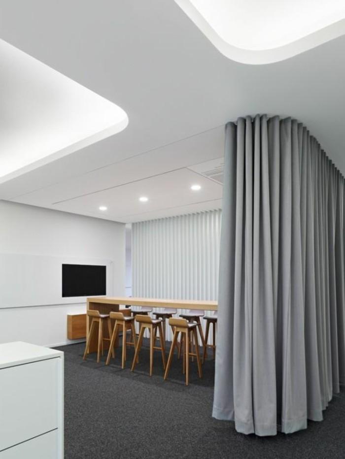 cloisons-amovibles-office-space-grande-salle-vec-table-haute-et-chaises-de-bar-en-bois