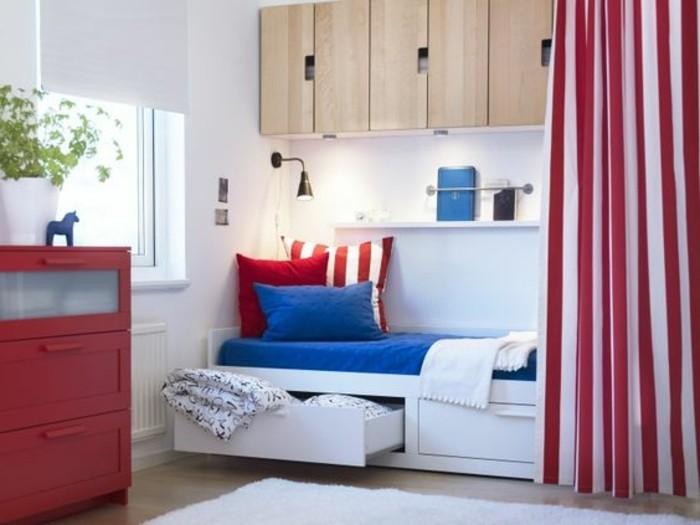 cloisons-amovibles-rideaux-tapis-blanc-mobilier-mural-en-bois-clair-sol-en-parquet