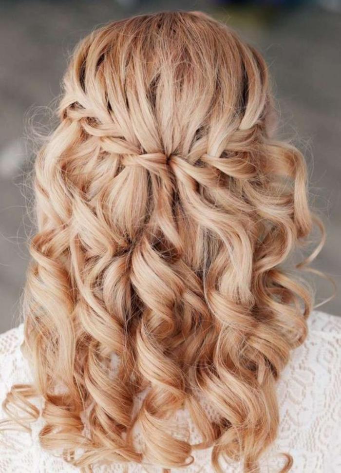 coiffure-originale-de-mariage-cheveux-boulcés