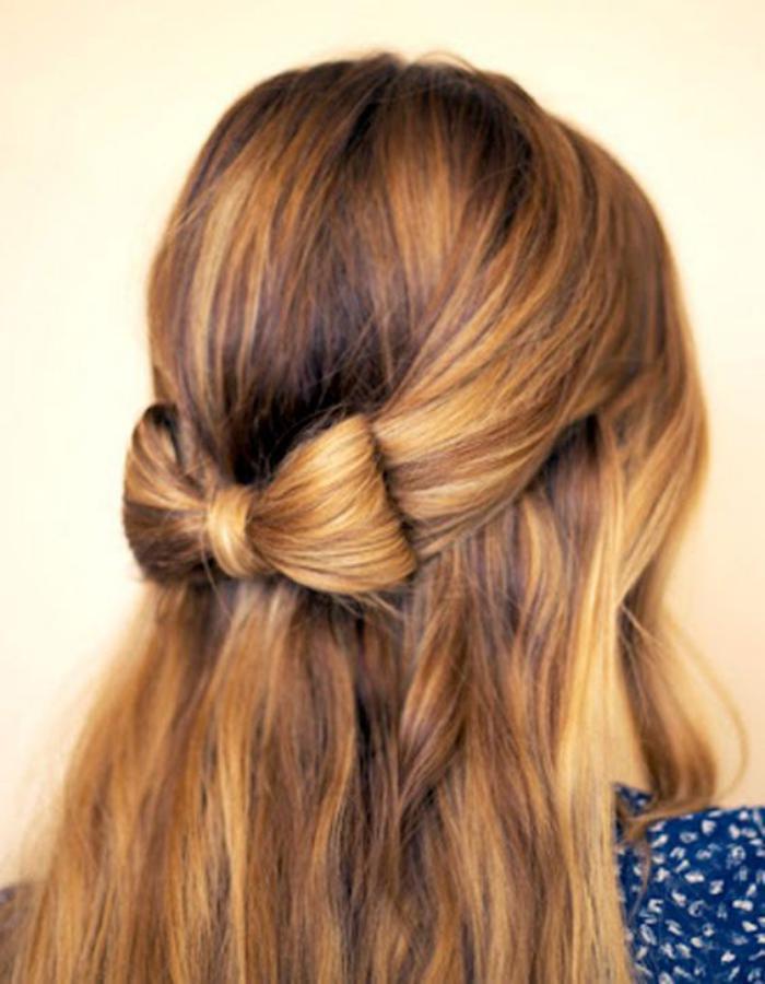 coiffure-originale-noeud-de-cheveux-en-demi-queue