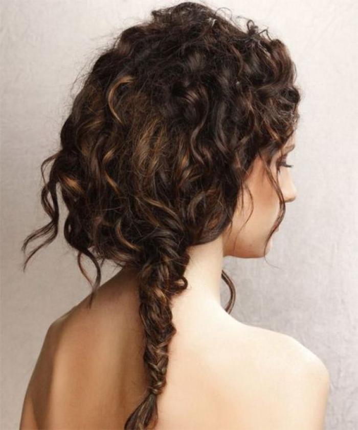 coiffure-originale-tresse-cheveux-bouclés