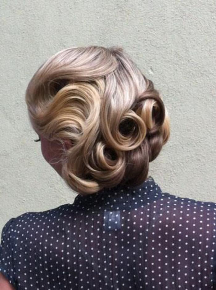 coiffure-pin-up-boucles-lisses-maintenues-avec-pinces