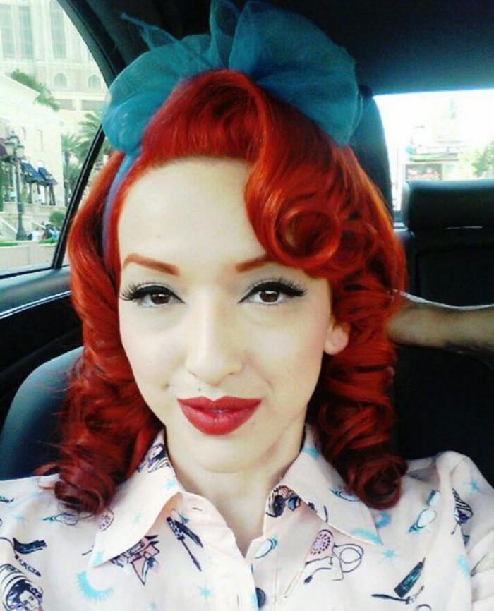 coiffure-pin-up-ruban-bleu-sur-cheveux-rouges