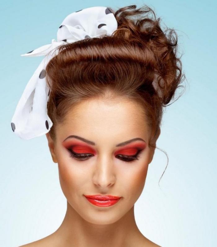 coiffure-pin-up-femme-frange-arrière-foulard