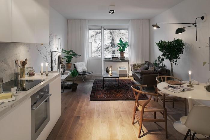 cuisine ouverte sur salon scandinave avec canapé gris, tapis oriental, chaise boheme chic, cuisine blanche credence marbre