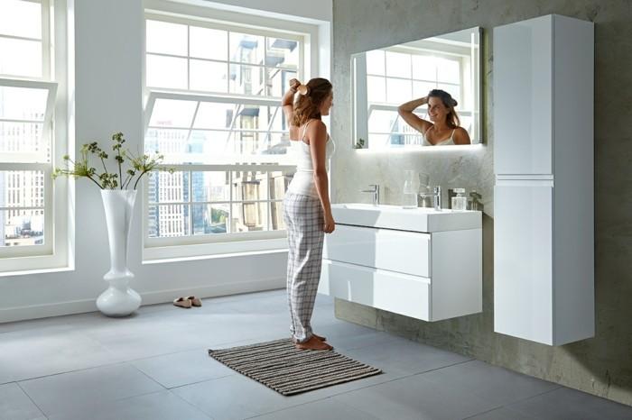 colonne-de-salle-de-bain-mural-carrelage-sur-le-sol-grandes-fenêtres-dans-la-salle-de-bain