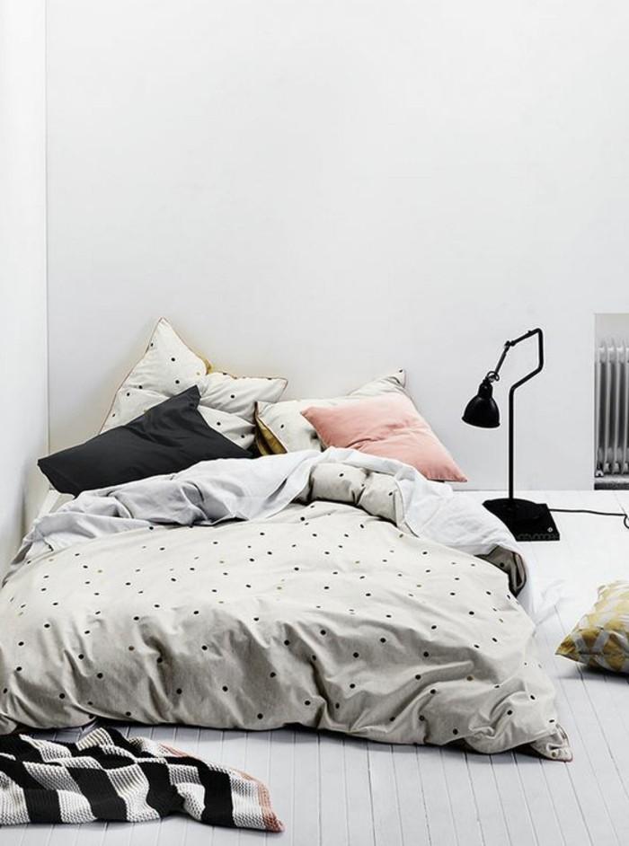 conforama-chambre-fille-avec-un-grand-lit-basse-sur-le-sol-murs-blancs-sol-en-planchers