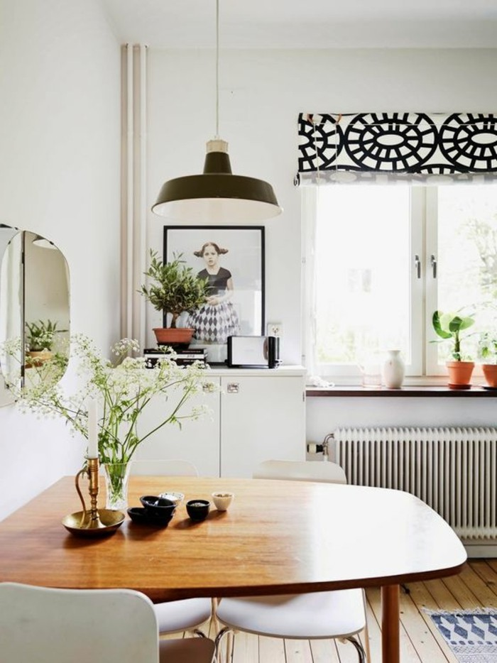 créer-une-magnifique-déco-salle-à-manger-fleurs-sur-la-table-en-bois-murs-beiges