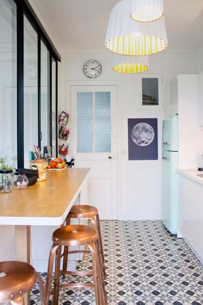 cuisine-avec-bar-cloison-vitrée-style-atelier-carreaux-de-ciment