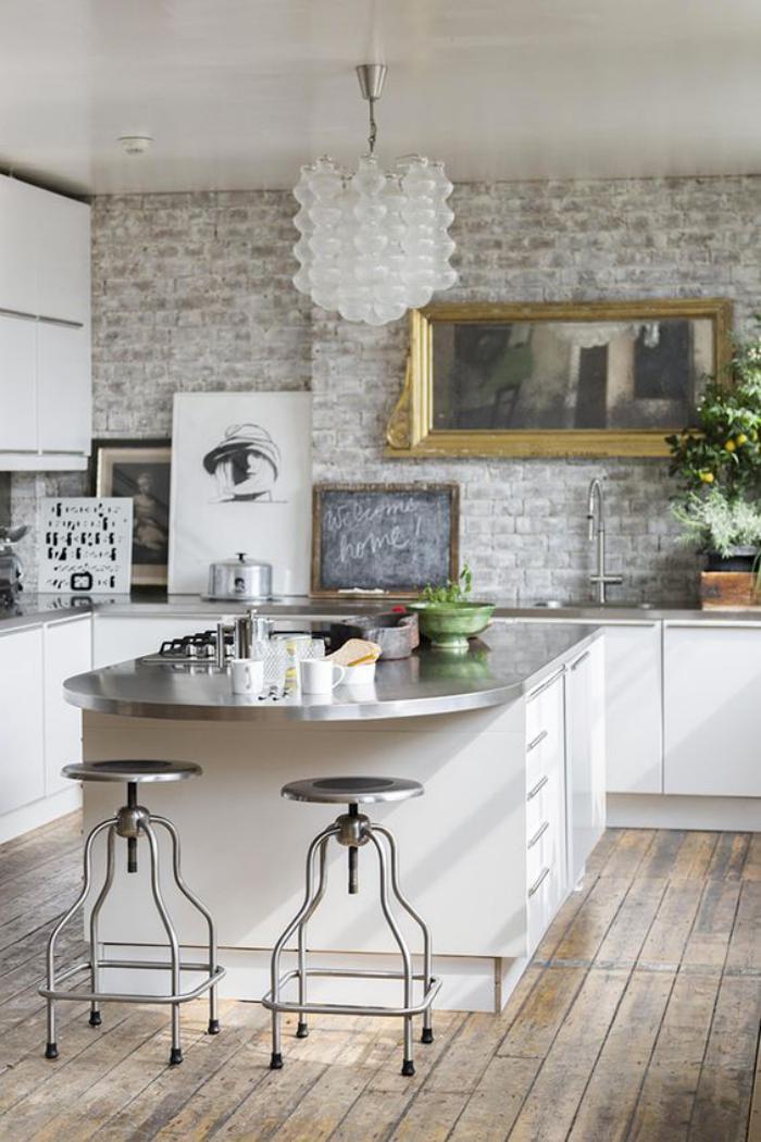 cuisine-avec-bar-comptoir-en-zinc-et-sol-de-bois