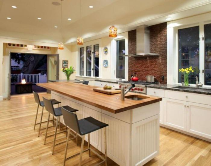 cuisine-avec-bar-grand-ilot-de-cuisine-déco-style-bois-et-blanc