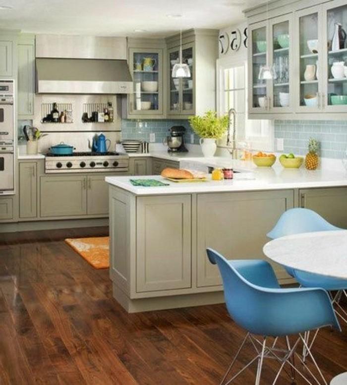 cuisine-beige-avec-sol-en-parquet-marron-foncé-chaises-plastique-bleu-meubles-beiges