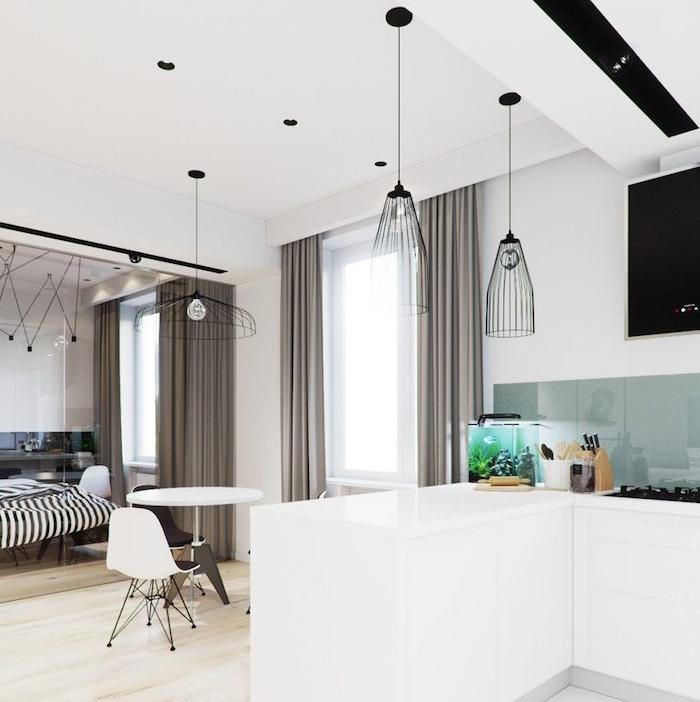 deco petit appartement avec cuisine moderne blanche et credence verre, cuisine ouverte sur salle à manger et verrière séparation chambre