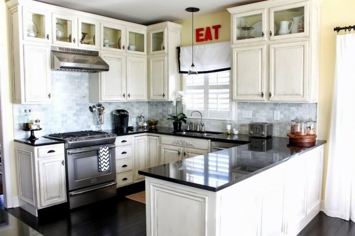 cuisine-blanche-avec-plan-de-travail-noir-a-l-inscription-en-rouge-incitante-a-manger-resized