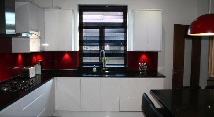 Cuisine blanche avec plan de travail noir 73 id es de - Cuisine rouge plan de travail noir ...