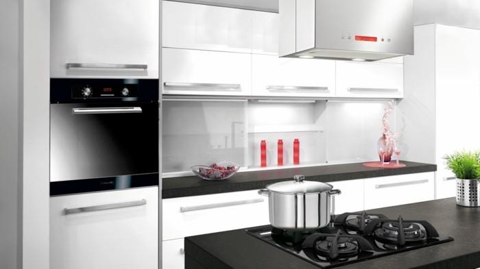 cuisine-blanche-avec-plan-de-travail-noir-aux-decorations-de-couleur-vive-resized