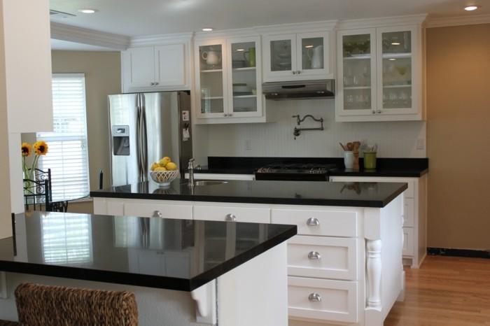 cuisine-blanche-avec-plan-de-travail-noir-aux-meubles-elegants-resized