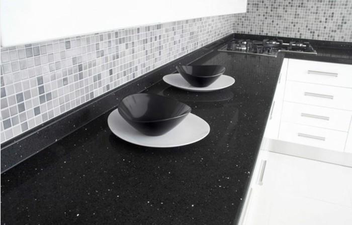 cuisine-blanche-avec-plan-de-travail-noir-aux-petits-plats-blancs-et-bols-noirs-resized
