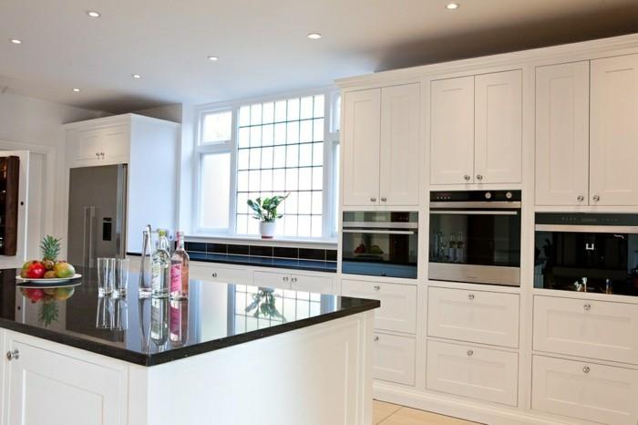 cuisine-blanche-avec-plan-de-travail-noir-bien-pratique-aux-meubles-cuisiniers-grands-resized