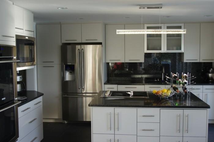cuisine-blanche-avec-plan-de-travail-noir-brillance-resized