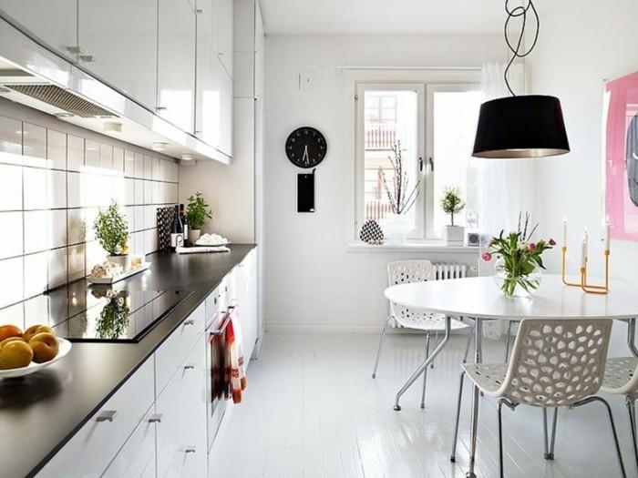 cuisine-blanche-avec-plan-de-travail-noir-coquette-et-glamour-resized