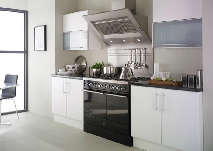 cuisine-blanche-avec-plan-de-travail-noir-d-un-chic-simple-resized