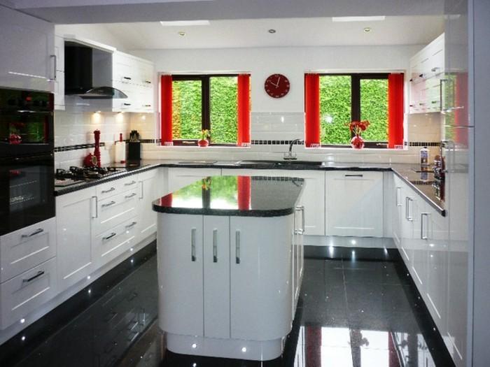 cuisine-blanche-avec-plan-de-travail-noir-de-style-moderne-resized