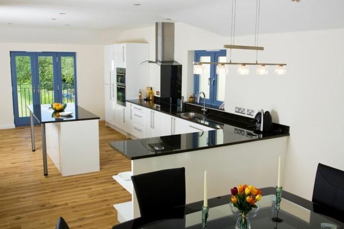 cuisine-blanche-avec-plan-de-travail-noir-de-style-moderne-surfaces-lisses-resized