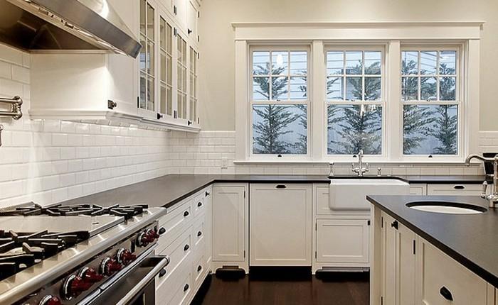 cuisine-blanche-avec-plan-de-travail-noir-design-raffine-resized