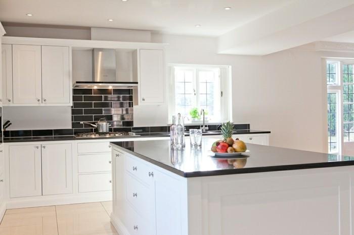cuisine-blanche-avec-plan-de-travail-noir-grand-centre-fonctionnel-resized
