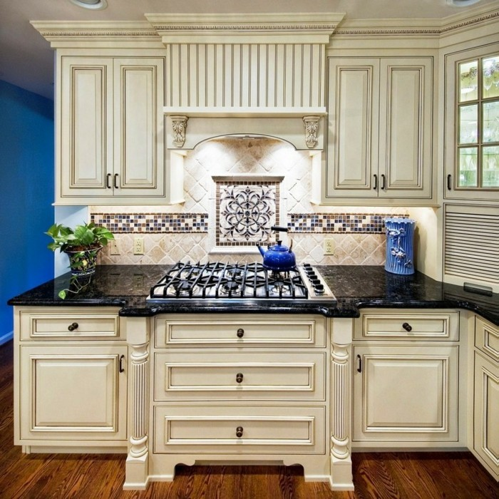 cuisine-blanche-avec-plan-de-travail-noir-nuance-du-blanc-de-style-imperial-resized