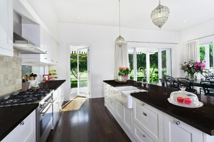 cuisine-blanche-avec-plan-de-travail-noir-particulierement-spacieuse-resized