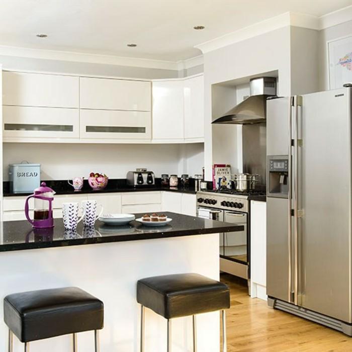 Chambre Ado Garcon Bleu Gris : cuisine blanche avec plan de travail noir avec des tabourets hauts en