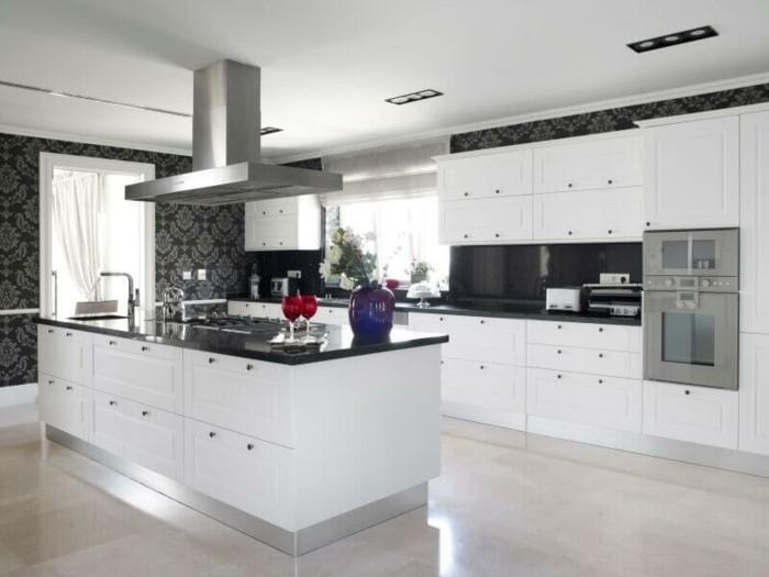 cuisine-blanche-avec-plan-de-travail-noir-pour-une-experience-optimale-resized