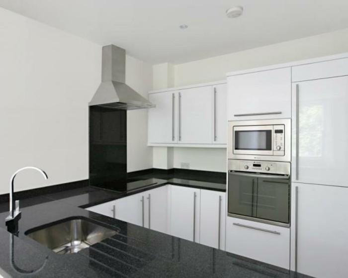 cuisine-blanche-avec-plan-de-travail-noir-pour-utiliser-au-maximum-l'espace-disponible-resized